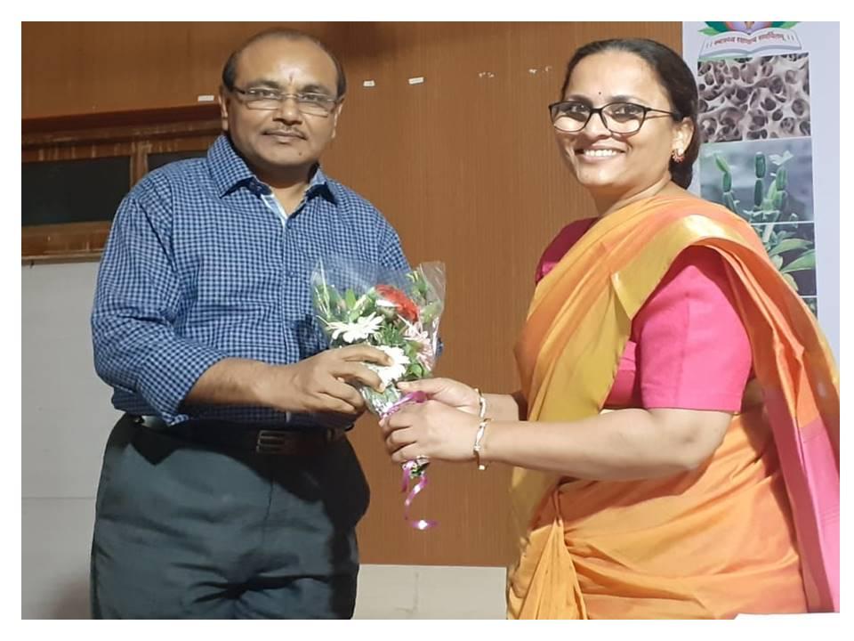 Dr Lalita Savardekar felicitating Dr. G.Y.Khatti, Dean, R.A.Podar Medical College(Ayurvedic), Worli, Mumbai at Inauguration of CME on Osteoporosis, August 9, 2019 Mumbai.